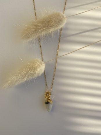 collier doré pierre naturelle blanche