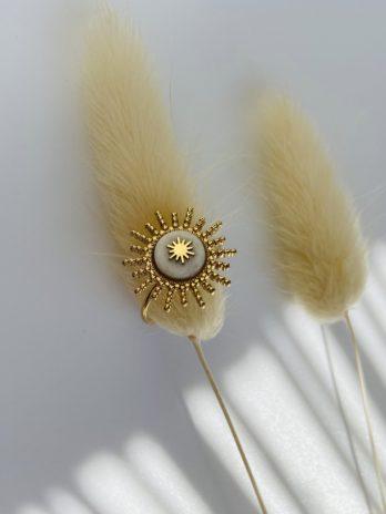Bague dorée soleil pierre blanche