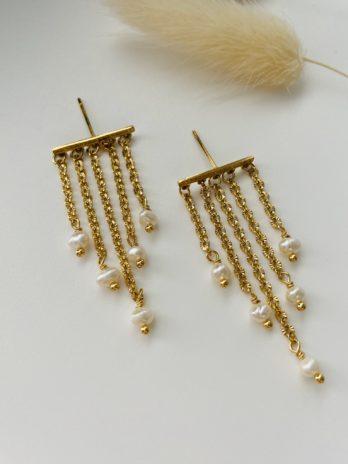 Boucles d'oreilles dorées et perles d'eau douce