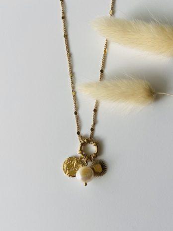 Collier doré breloques et perle naturelle