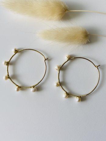 Boucles d'oreilles dorées créoles perles naturelles